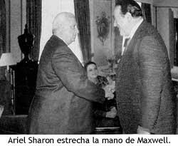 Ariel Sharon estrecha la mano de Robert Maxwell