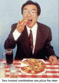 Toru Iwanati comiendo pizza