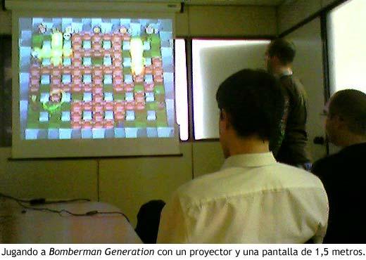 Jugando a Bomberman Generation con un proyector y una pantalla de 1,5 metros.