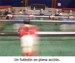 Una partida de futbolín en plena acción.