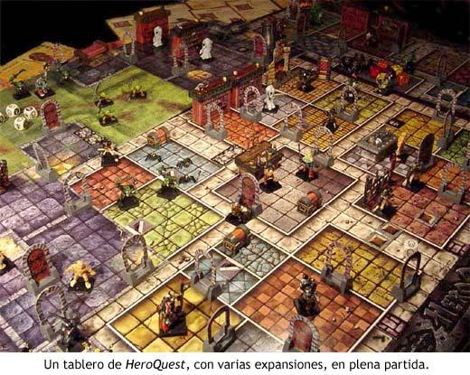 Un tablero de HeroQuest, con varias expansiones, en plena partida.