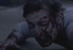 Dead Set - Zombie en el suelo